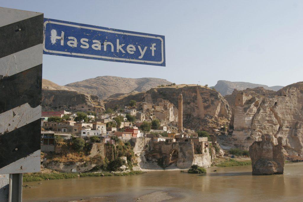 Hasankeyf, ca.30 KM südlich von Batman - Kurdistan/Türkei. Wenn der GAP Staudam fertig gebaut ist, wird es dieses Dorf nicht mehr geben und in den Fluten versinken. Jahrtausende Geschichte werden damit versenkt.